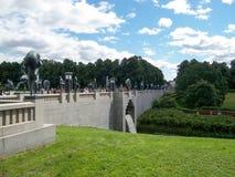 Vigelandsparken, Oslo, Norwegia w Lipu 2007: malowniczy krajobraz z zielonymi gazonami i kamienia mostem w Vigeland parku obraz royalty free