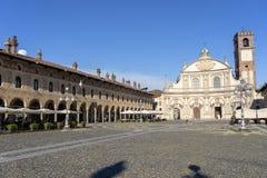 Vigevano, Италия: историческая аркада Дукале стоковые фото