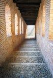 Vigevano, средневековая лестница мать 2 изображения дочей цвета стоковые фотографии rf