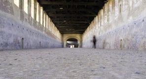 Vigevano, часть покрытой дороги мать 2 изображения дочей цвета стоковые фото