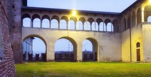 Vigevano slott, nattsikt moder två för färgdotterbild royaltyfri fotografi