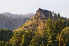 Vigia de Mariina em Suíça no meio das árvores bonitas do outono Imagens de Stock