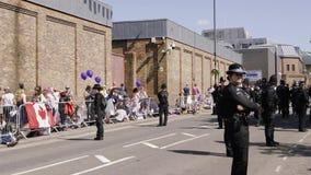 Vigilancia de la policía del policía de fans en la boda real