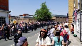 Vigilancia de la policía de la muchedumbre durante la boda real