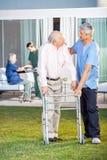 Vigilante que conforta al hombre mayor mientras que ayuda Fotografía de archivo libre de regalías