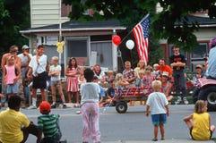 Vigilantes del desfile en los 4tos del desfile de julio Imagen de archivo libre de regalías