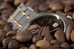 Vigilanza in chicchi di caffè del mucchio Fotografia Stock