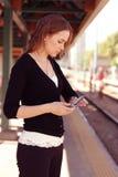 Vigilanza degli assegni della giovane donna Fotografia Stock