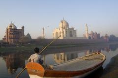 Vigilanza indiana del barcaiolo il Taj spettacolare Mahal Fotografia Stock Libera da Diritti