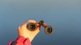 Vigilanze della ragazza con il binocolo Fotografia Stock Libera da Diritti