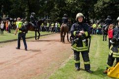 Vigile del fuoco con attrezzatura speciale all'evento pubblico Fotografia Stock Libera da Diritti