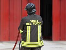 Vigile del fuoco con l'uniforme dopo la commutazione fuori dal fuoco Fotografia Stock Libera da Diritti