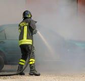 vigile del fuoco italiano con il testo sui vigili del fuoco uniformi di significato Immagine Stock