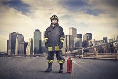 Vigile del fuoco su una via della città Fotografia Stock