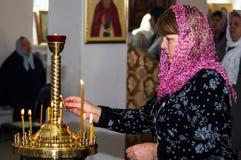 Vigile orthodoxe à l'église de la mère de la joie de Dieu de tous ce que peine dans le secteur d'Iznoskovsky de la région de Kalu photographie stock libre de droits