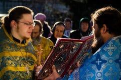 Vigile orthodoxe à l'église de la mère de la joie de Dieu de tous ce que peine dans le secteur d'Iznoskovsky de la région de Kalu photo stock