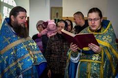 Vigile orthodoxe à l'église de la mère de la joie de Dieu de tous ce que peine dans le secteur d'Iznoskovsky de la région de Kalu photos stock