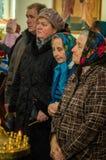 Vigile orthodoxe à l'église de la mère de la joie de Dieu de tous ce que peine dans le secteur d'Iznoskovsky de la région de Kalu Photo libre de droits