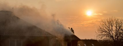 Vigili del fuoco che combattono un fuoco infuriantesi con le fiamme enormi di timbe bruciante Immagini Stock Libere da Diritti