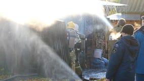 Vigili del fuoco che lavorano alla casa bruciante video d archivio