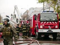 Vigili del fuoco che mettono fuori un fuoco Fotografie Stock