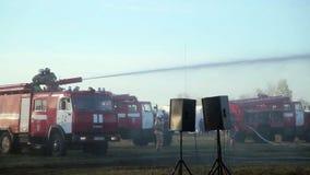 Vigili del fuoco che per mezzo dell'idrante per combattere fuoco stock footage