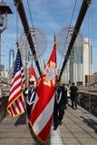 Vigili del fuoco di New York sul ponte di Brooklyn per il Giorno dei Caduti Fotografia Stock