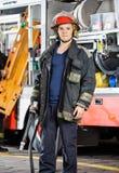 Vigili del fuoco sicuri di Holding Hose Against del pompiere fotografia stock