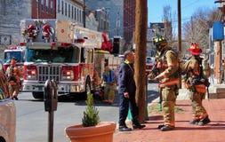 Vigili del fuoco sulla via dopo una chiamata fotografie stock