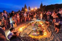 Vigilia iluminada por velas para las víctimas del terrorismo, soporte Maunganui, Nueva Zelanda de la playa imagenes de archivo