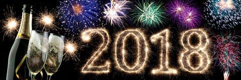 2018 vigilie d'ardore luminose dei nuovi anni della stella filante variopinta del fuoco d'artificio numeriche Immagine Stock