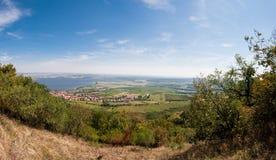 Vigna vicino al piccoli villaggio, cielo blu, agricoltura e vino Fotografie Stock