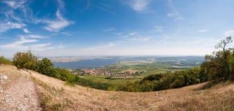 Vigna vicino al piccoli villaggio, cielo blu, agricoltura e vino Immagine Stock