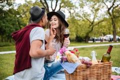 Vigne de baiser et potable de jeunes couples sensuels en parc Photos stock