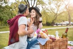 Vigne de baiser et potable de jeunes couples sensuels en parc Photo libre de droits