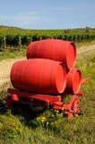 Vignoble dans le chianti et le vieux chariot rouge avec des barils de vin, région de la Toscane photos stock