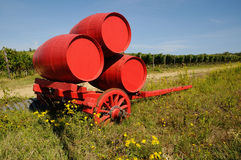 Vignoble dans le chianti et le vieux chariot rouge avec des barils de vin, région de la Toscane photos libres de droits