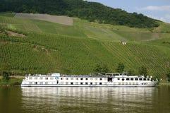 Vignobles et bateau de croisière sur la rivière de la Moselle Photographie stock libre de droits