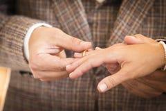 Vigselring för att gifta sig par på bröllopdag Royaltyfri Bild