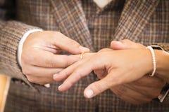 Vigselring för att gifta sig par på bröllopdag Royaltyfri Fotografi