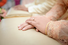 Vigselring på brudhanden Arkivfoton