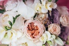 Vigselringar är på en bröllopbukett Fotografering för Bildbyråer