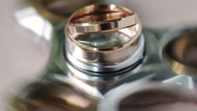 Vigselringar av bruden och brudgummen roterar på spinnaren Närbild stock video