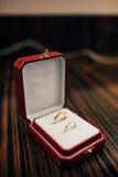 Vigselringar av nygifta personerna i en ask Guld- cirklar för koppling Royaltyfri Fotografi