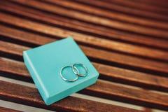 Vigselringar av nygifta personerna i en ask Guld- cirklar för koppling Arkivbilder