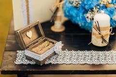 Vigselringar av nygifta personerna i en ask Guld- cirklar för koppling Arkivbild