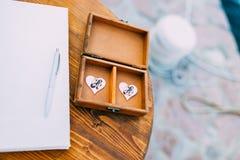 Vigselringar av nygifta personerna i en ask Guld- cirklar för koppling Arkivfoton