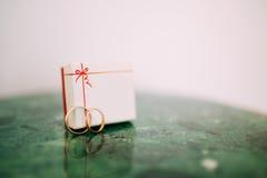 Vigselringar av nygifta personerna i en ask Guld- cirklar för koppling Royaltyfri Bild