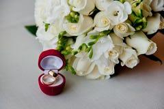 Vigselringar brudens bukett Royaltyfri Foto