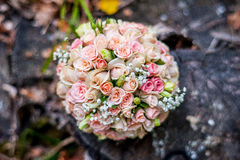 Vigselringar brudens bukett som gifta sig den brud- buketten och vigselringar Royaltyfri Foto